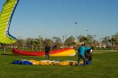 Уроки курса параглайдинга для новых beginners на парке Стоковое Изображение