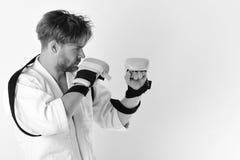 Уроки Тхэквондо Боец Muttahida Majlis-E-Amal с сильным телом практикует боевые искусства Стоковое фото RF