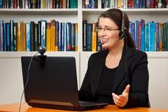 Урок видео- звонка женщины онлайн Стоковые Фото