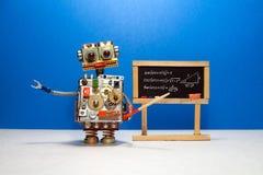 Урок искусственного интеллекта и тригонометрии в коллеже Учитель робота объясняет противоположность теории тригонометрическую стоковые фотографии rf
