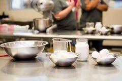 Урок кулинарии - измеряя чашки Стоковая Фотография