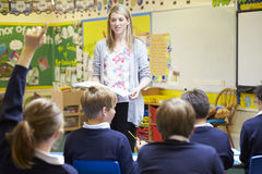 Урок учителя уча к зрачкам начальной школы Стоковая Фотография RF