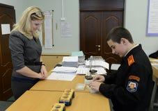 Урок физики в корпусе кадетов полиции Стоковое Фото