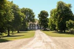 Усадьба с деревьями во фронте стоковое фото rf