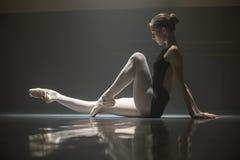 Усаженная балерина в комнате класса Стоковое Фото