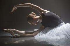 Усаженная балерина в комнате класса Стоковое фото RF