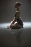 Усаженная балерина в комнате класса Стоковая Фотография RF