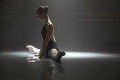 Усаженная балерина в комнате класса Стоковое Изображение RF