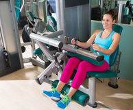 Усаженная спортзалом женщина тренировки машины скручиваемости ноги Стоковые Фото