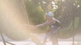 Усаживание бабушки и деда отдыхая на вися стульях в солнце Счастливая дружелюбная семья Воссоздание и отдых сток-видео