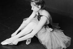 Усаживание балерины кулуарное Стоковые Фотографии RF
