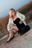 усаживание девушки пляжа милое стоковая фотография