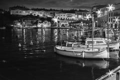 усаживание девушки рыболовства шлюпки гаван стоковые фото