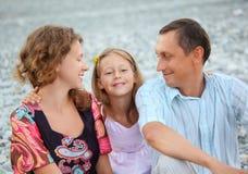 усаживание девушки семьи пляжа счастливое каменистое стоковые изображения rf