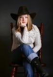 усаживание девушки стула Стоковая Фотография