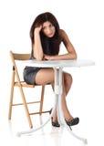 усаживание девушки стула Стоковые Изображения