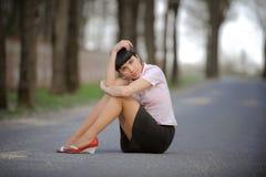 усаживание дороги девушки Стоковое Фото