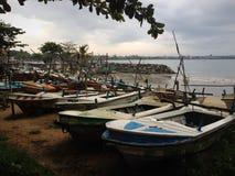 усаживание девушки рыболовства шлюпки гаван Стоковые Изображения RF