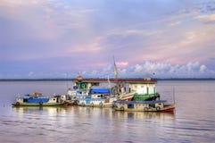 усаживание девушки рыболовства шлюпки гаван стоковое изображение rf