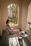усаживание девушки стула Стоковые Фото