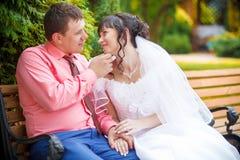 Усаживание жениха и невеста Стоковые Фото