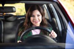 Усаживание женщины внутри автомобиля стоковое изображение rf