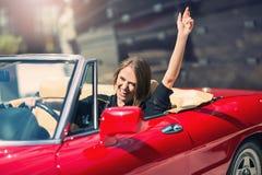 Усаживание женщины моды модельное в роскошном автомобиле Стоковое фото RF