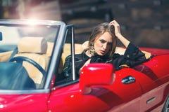 Усаживание женщины моды модельное в роскошном автомобиле Стоковое Изображение
