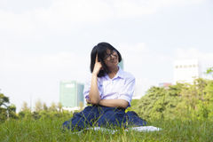 Усаживание и усмехаться девушки Стоковые Фотографии RF