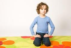 усаживание ковра мальчика цветастое Стоковая Фотография RF
