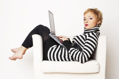 усаживание компьтер-книжки стула blondgirl славное Стоковая Фотография