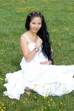 усаживание красивейшей травы девушки супоросое Стоковое Изображение