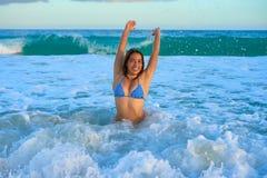 Усаживание латинской девушки бикини счастливое в Вест-Инди Стоковое фото RF