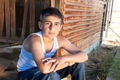 усаживание мальчика амбара старое Стоковые Фотографии RF
