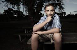 усаживание мальчика стенда Стоковая Фотография RF