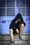Усаживание мальчика унылое самостоятельно на школе Стоковая Фотография