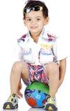 усаживание мальчика шарика Стоковые Фотографии RF