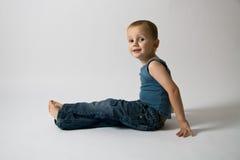 усаживание мальчика Стоковая Фотография RF
