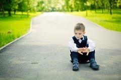 усаживание мальчика Стоковая Фотография