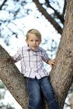 усаживание мальчика Стоковое Фото