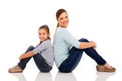 Усаживание матери и дочи Стоковые Изображения RF