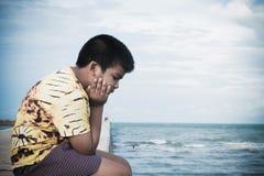 Усаживание мальчика несчастное самостоятельно на мосте Стоковая Фотография RF