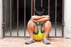 Усаживание мальчика унылое одно Стоковое Изображение RF