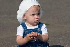 усаживание младенца серьезное Стоковые Фотографии RF