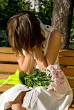 усаживание парка девушки стенда плача Стоковое Изображение