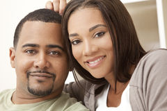 усаживание пар афроамериканца счастливое домашнее