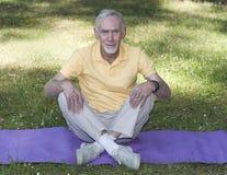 усаживание перекрестной legged циновки человека старшее Стоковые Фотографии RF
