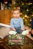усаживание подарка на рождество младенца стоковая фотография