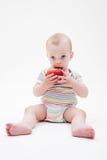 усаживание пола еды мальчика яблока Стоковая Фотография RF