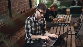 Усаживание программиста в кафе видеоматериал